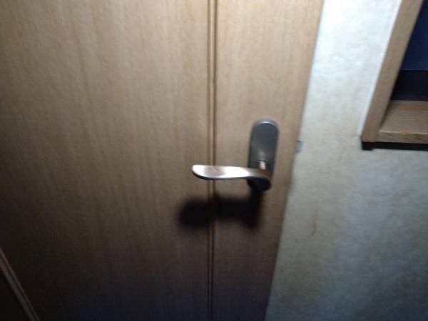 大阪府寝屋川市 室内のドアノブ交換 レバーハンドル 開けにくいのをそのままにしておくのは危険です! (2)