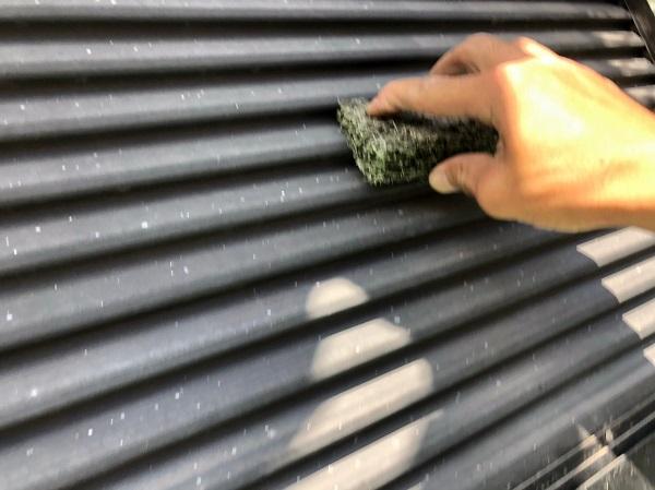 大阪府摂津市 T様邸 屋根塗装・外壁塗装・付帯部塗装 雨戸、庇塗装 目荒らしとは (5)