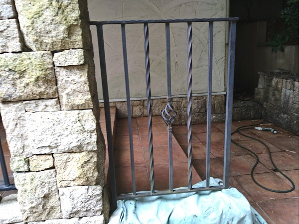 兵庫県芦屋市 内壁・門扉・玄関ドア塗装 錆びの恐ろしさ ケレン作業とは (1)