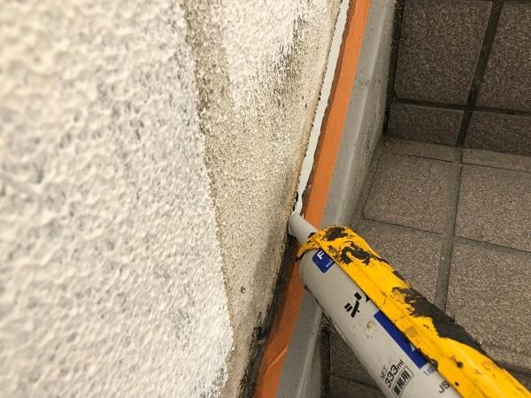 大阪府大東市 外壁塗装・防水工事 雨漏り補修 シーリング工事 外壁と階段の取り合い (2)
