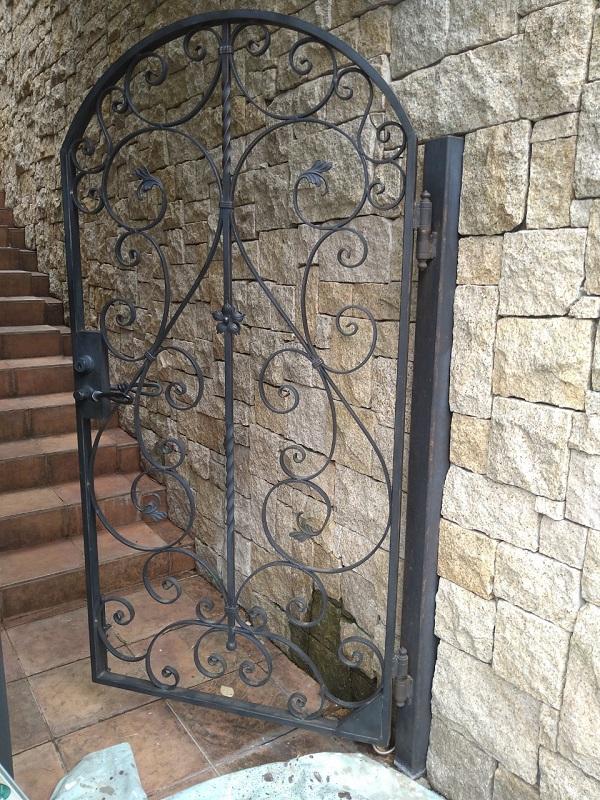兵庫県芦屋市 内壁・門扉・玄関ドア塗装 錆びの恐ろしさ ケレン作業とは (2)